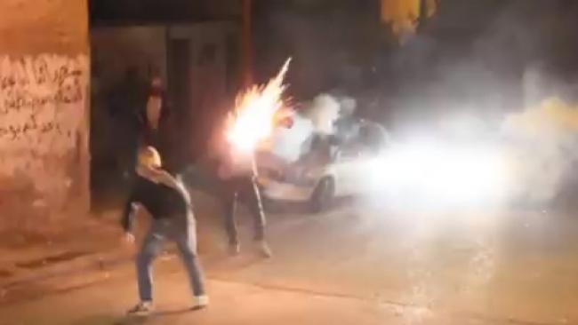 מאחורי אמבולנס: יורים זיקוקים לעבר שוטרים