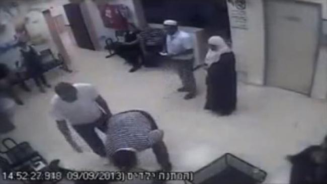 """יהודי שהגיע לקופ""""ח מותקף קשות בידי ערבי"""