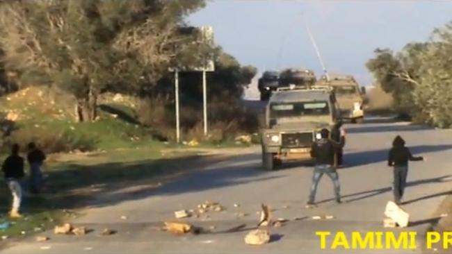 """צפו: שיירת ג'יפים של צה""""ל נמלטת מכפר תחת מטר אבנים"""